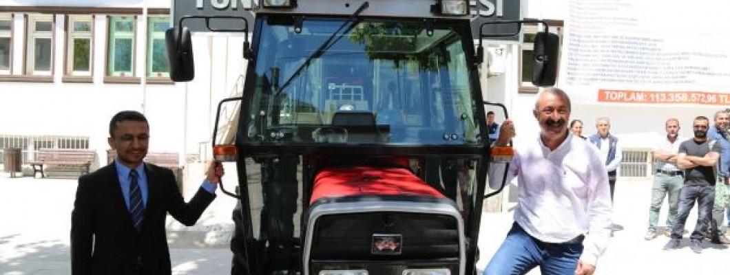 Tunceli Belediyesi'ne Traktör Hediye Etti